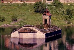 Mavrovo_lake_church_summer_(cropp)